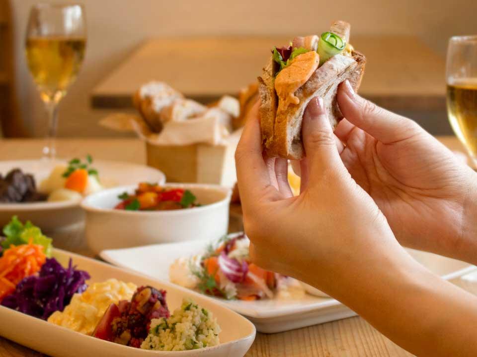お惣菜をパンに挟んでサンドイッチに